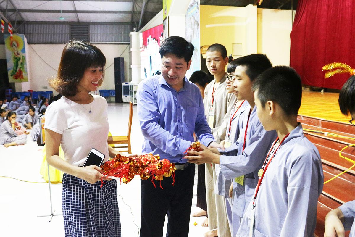 Tặng quà cho học sinh khóa tu Chùa Khai Nguyên