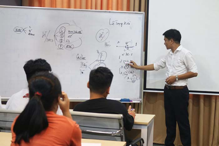 Thầy Nguyễn Trọng Hiếu kiểm tra năng lực thực tế của các con tại trung tâm gia sư uy tín Novateen