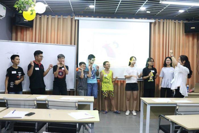 Các em học sinh tương tác với cô giáo Nguyễn Thị Thu Hiền sau bài thi thử môn Toán.