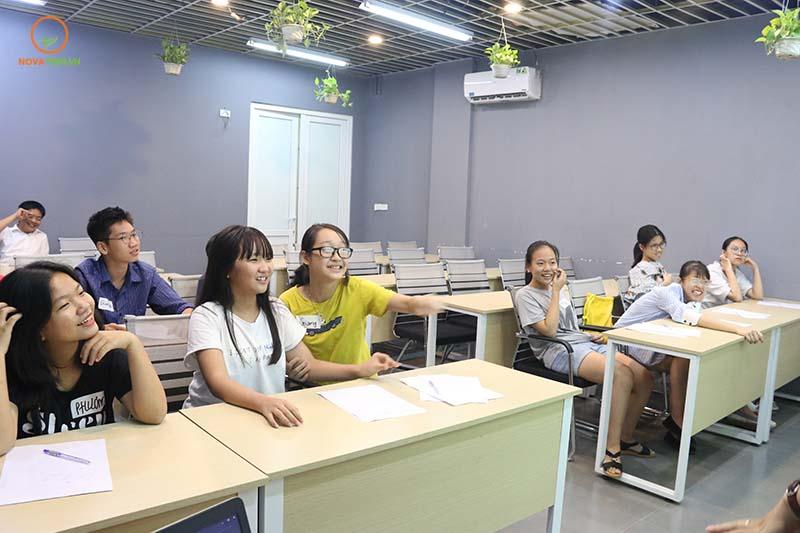 Lớp học giỏi chương trình tiếng Anh lớp 9 của Novateen luôn vui vẻ và hào hứng