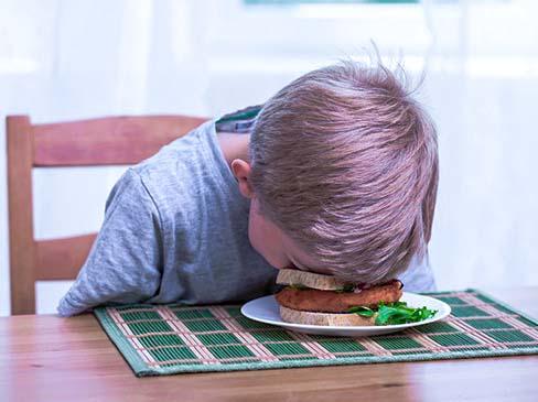 Không nên ăn quá no và học luôn sau khi ăn