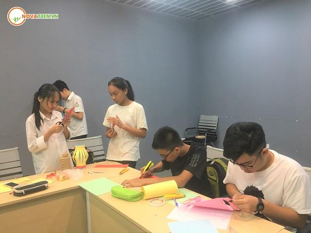Học sinh Novateen tích cực hoạt động nhóm để hoàn thiện sản phẩm handmade của mình