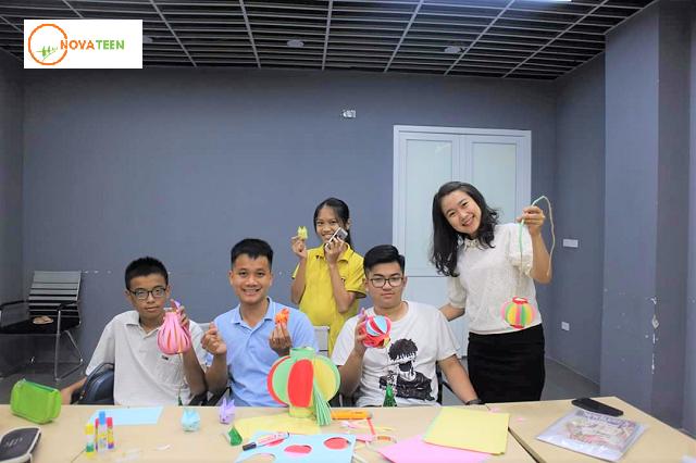 Học sinh Novateen trải nghiệm làm đèn lồng Trung thu
