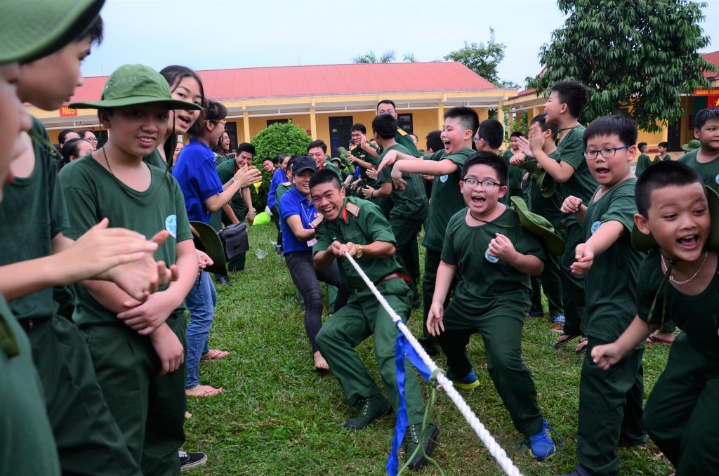 Tại các trại hè bán trú, trẻ vừa được học lại được vui chơi.