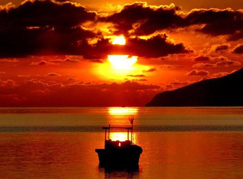 Mặt trời xuống biển như hòn lửa