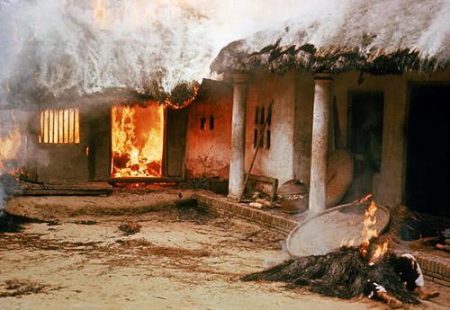 Ngọn lửa nhanh chóng thiêu rụi ngôi nhà tranh của người dân làng Mỹ Lai. Ảnh: Getty