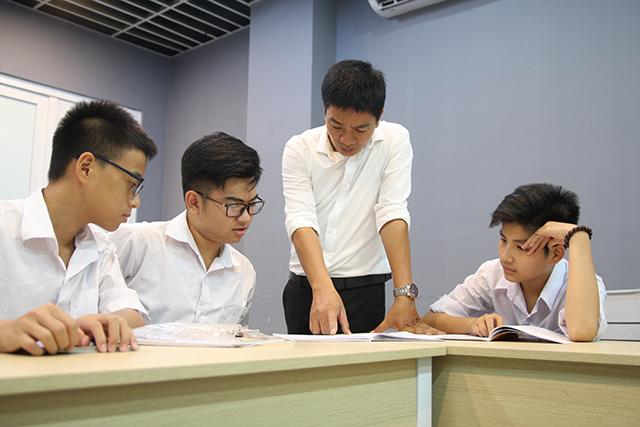 Học sinh ôn luyện dưới sự hướng dẫn của thầy giáo tại Novateen